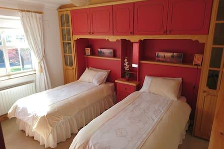 Twin room opposite Castlebar golf-club - Hawthorn Avenue - Guesthouse