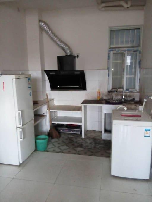 厨房带有抽油烟机,洗衣机,冰箱等生活便利设施。