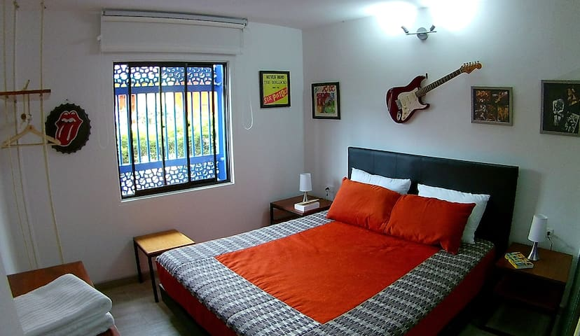 Angus 1. Augus is our first room at the first level. Modern and design. A kindly and lightly space with a large window in the Calle 12.  Deco ambiance music year 75/80 with photos, record covers from this period and not forgets the electric guitar.