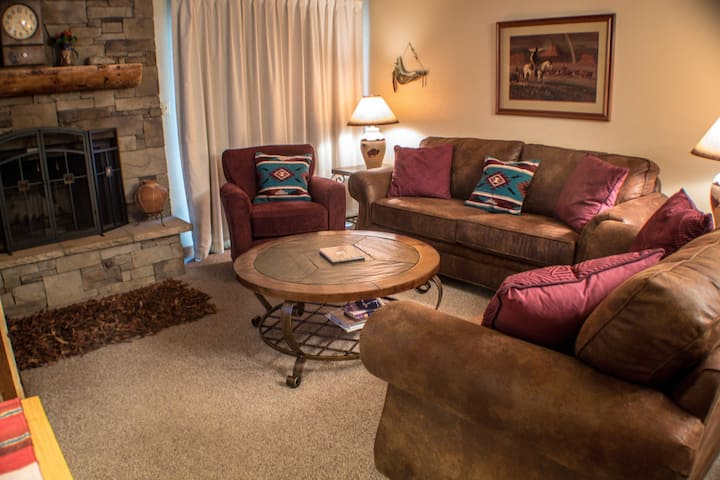 Cozy 3 bedroom on the Quick Shuttle Route with Outdoor Pool!
