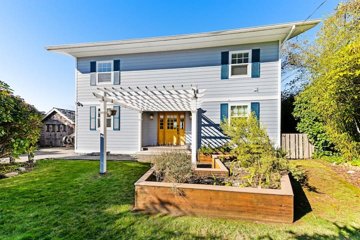 Dog-friendly home w/ deck, balcony & ocean/bay views - near beaches, state parks