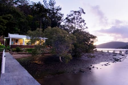 MACKYS . arrive by boat . HAWKESBURY RIVER