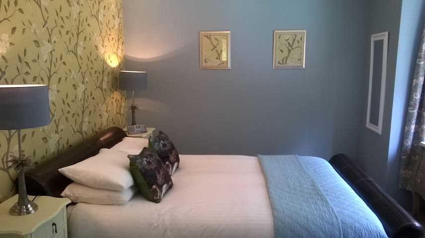 As seen on T.V. Close to beach,kingsize en-suite. - Bournemouth - Bed & Breakfast