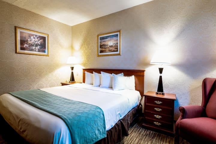 Lux King Room- Queens Hotel 25 MIN to Manhattan