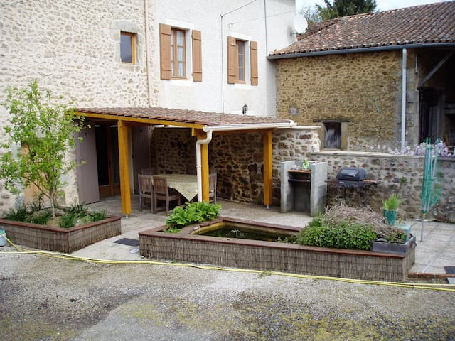 Charming and ideally located Old Farmhouse. - Pressignac - Ev
