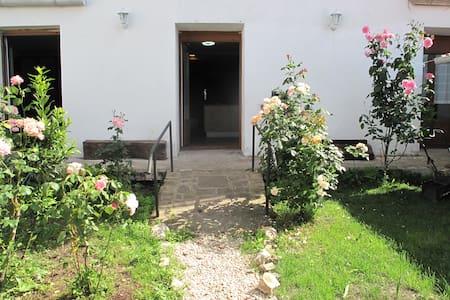 2 Habitaciones * 2 Baños * Cocina * Salón * Jardín