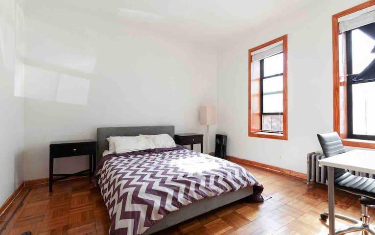 Kingsize brooklyn Prvt Room in friendly 2 bed Apt