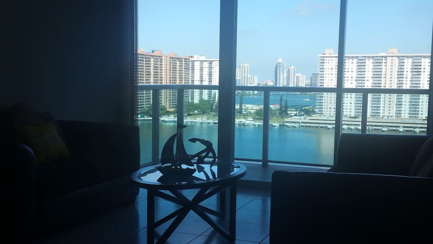 Large Ocean View 2/2 Cozy Apartment - Sunny Isles Beach - Pis
