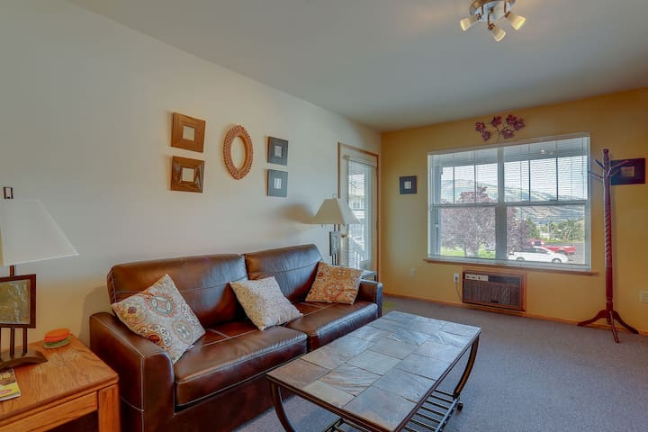 Lodge #18 - Bright and cheery 1 bedroom condo downtown with river view!