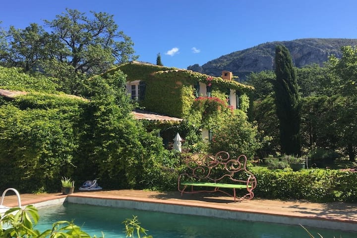 Charming Holiday Home in Moustiers-Sainte-Marie with Pool and in quiet area