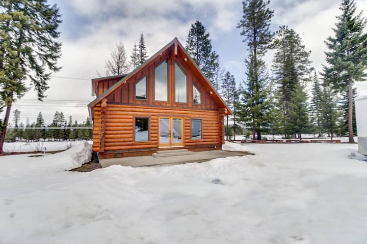 Peaceful mountain cabin with stunning views, perfect for a quiet getaway!