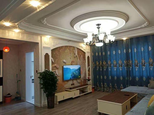 豪华两居室,紧邻师院。