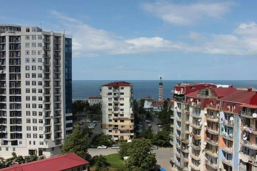 Вид с окна: море, маяк