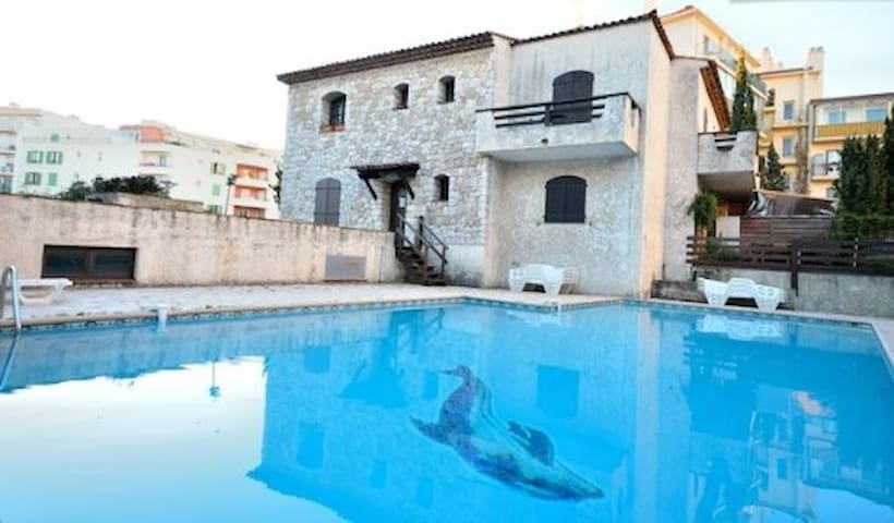 Juan les pins :T2 provençal piscine - plage à pied