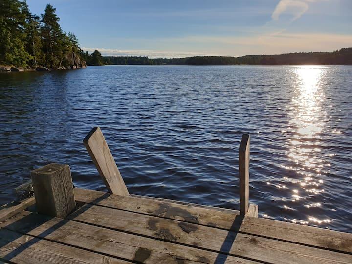 Idylliskt boende vid Mollsjön med egen brygga