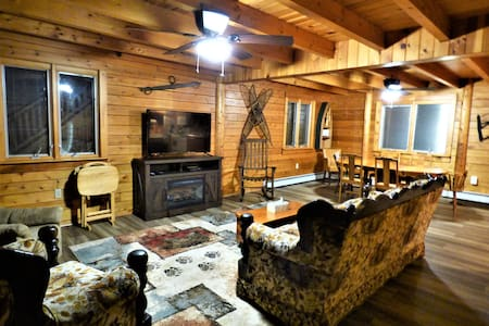 Edie's Cabin: Deluxe Lodging, Outdoor Wilderness