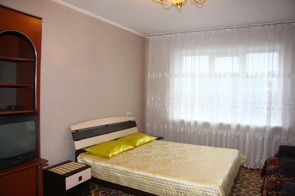 комната с кроватью и диваном
