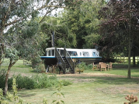 The Woodland Boat at Manor Farm Stays with hot tub