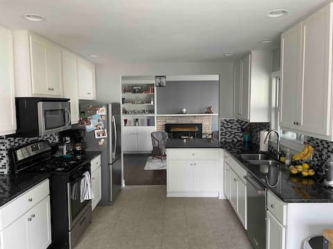 NEW LISTING Residential home on a quiet cul-de-sac