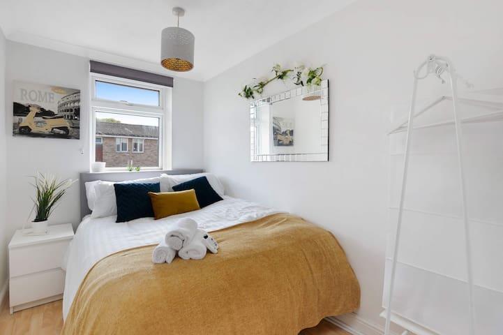 ⭐️ No 3 - The Gem Room -Double bed  Comfy - Hot Tub