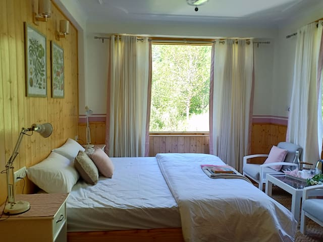 Pehlingpa home,3 private bedrooms,River facing