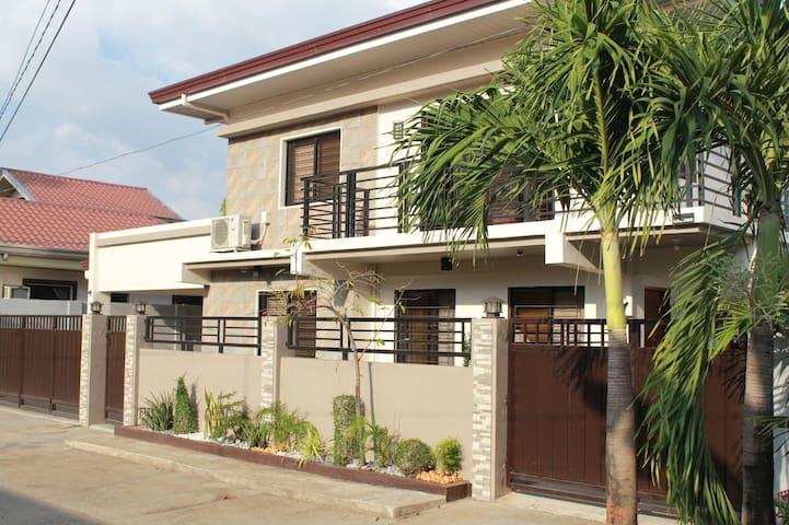 Nasugbu, 3 Bedrooms, 3.5 baths, 4 Car Garage, WIFI