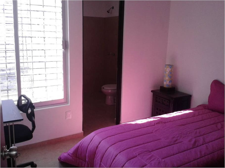 La habitación es muy cómoda, bien iluminada y ventilada. Cuenta con cama individual y un pequeño escritorio.