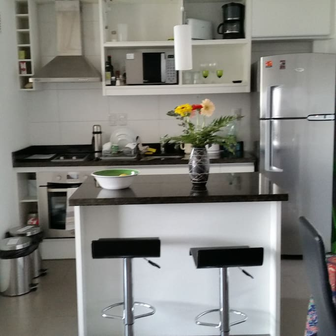 Modern, fully-equipped kitchen/Cocina bien equipada