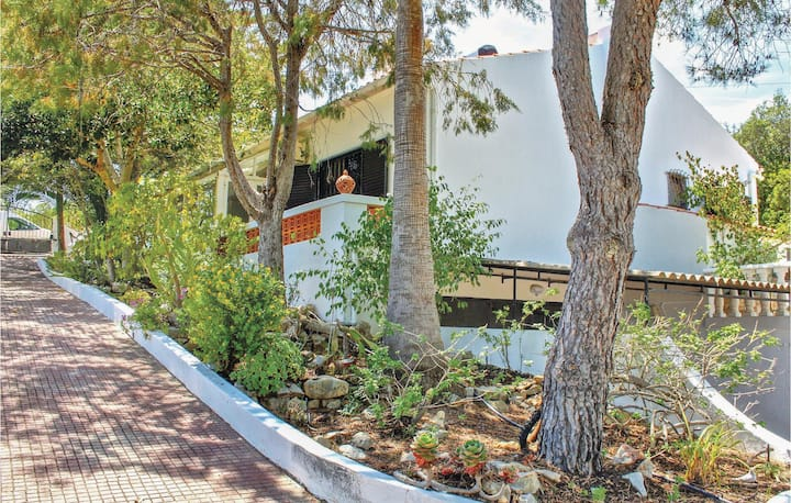 Stunning home in Moncarapacho with Jacuzzi, WiFi and 2 Bedrooms