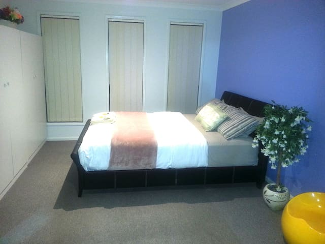 R5 - Queen Bed with Shared Bathroom - Sunbury - Casa