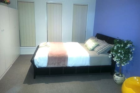 R5 - Queen Bed with Shared Bathroom - Sunbury - Hus