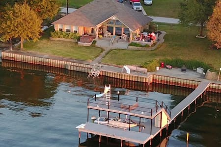 Relaxing open concept lake home on open water