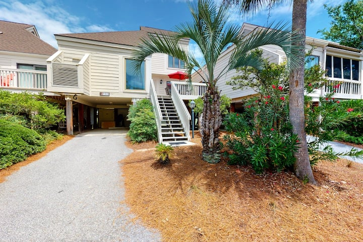 Bright villa with lagoon and fairway views - walk to the beach and golf!