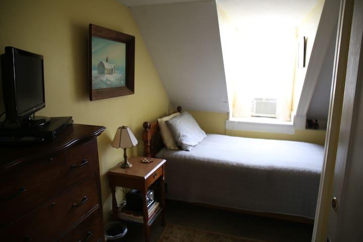 Room 4 - Single room w/one Twin bed & SHARED bath