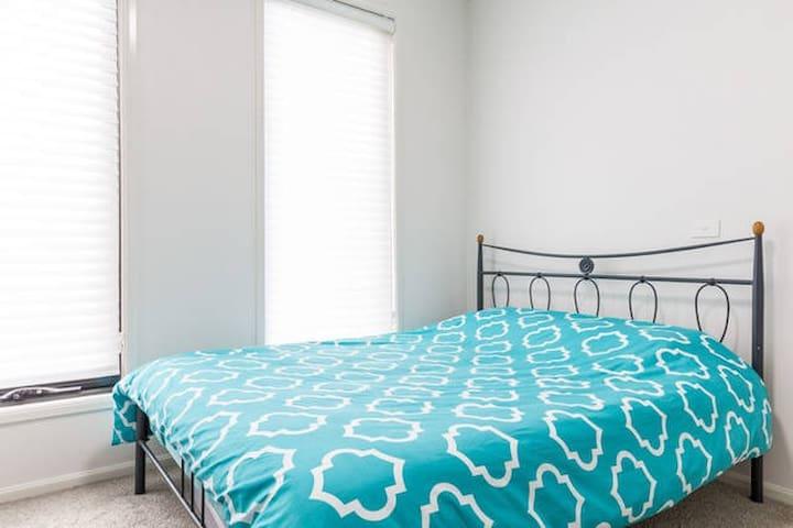 free car spot/wifi/breakfast queen bed+single bed