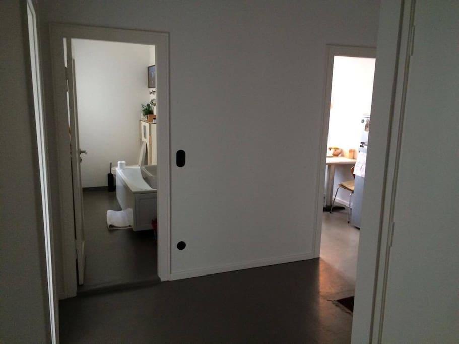 Flur (links Badezimmer, rechts Küche)