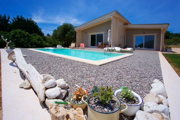 Driftwood eco Villas, 2 minutes from the beach!
