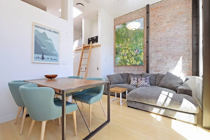 Beautiful, Hip & Sunny Loft in Amazing Location