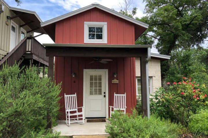 Private Luxury Cottage one block from Main Street!