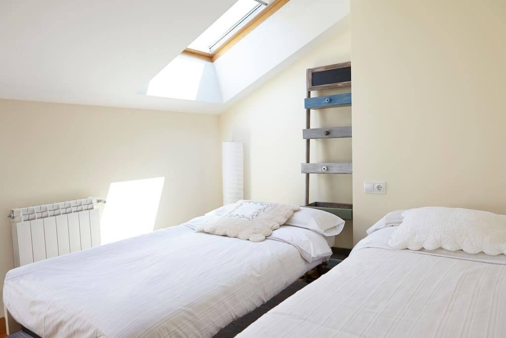 habitación con dos camas individuales