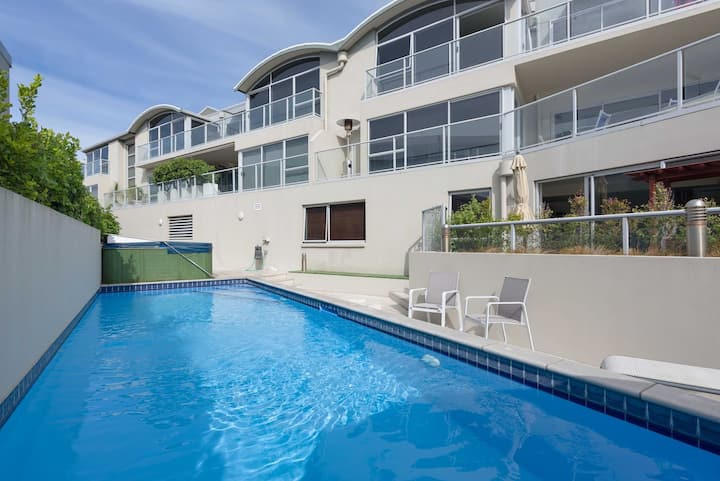 Downtown Mount Apartment - with Pool and Ocean peeps