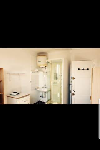 Chambre 12 m2 Douche privative et  plaque pour faire de la cuisine