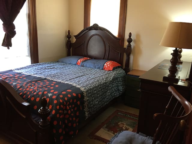 Rozzi's House Park - Queen Bed Room on 2 Floor