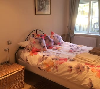 En-suite room in lovely garden apartment nr beach - Sandown - Lägenhet