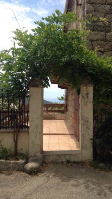 Accès à l'étage par la place centrale du village