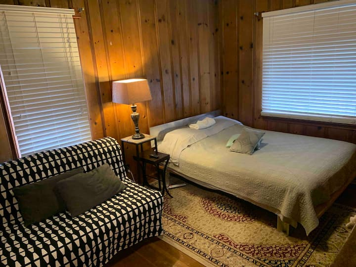 Queen bed & full bed/couch, RokuTV, near bus, city