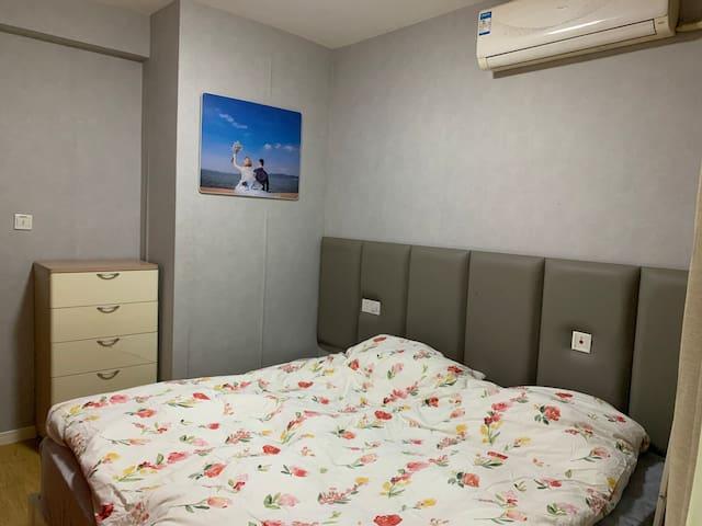 卧室,一米八大床,万豪同款万元丝涟床垫,羽绒枕,羽绒被,床品每客一换。竭尽全力给您带来整晚的安睡。