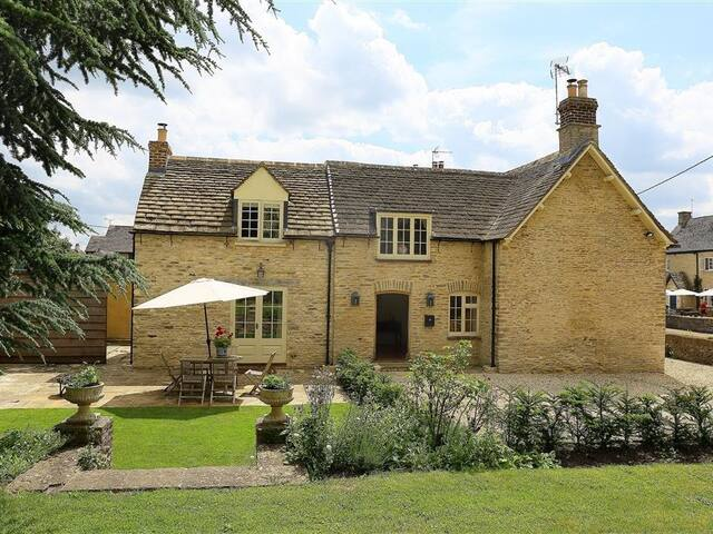 NUMBER 11, HOLLYWELL, pet friendly in Tetbury, Ref 988744