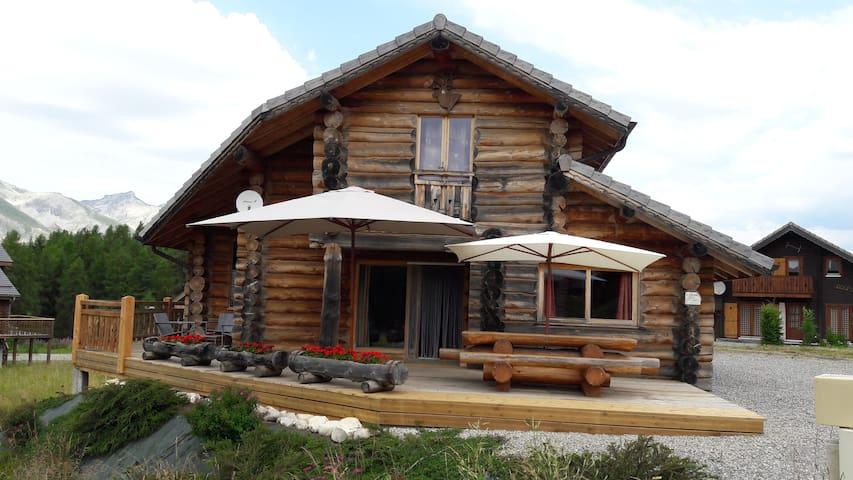 Chalet le Caribou en rondin de bois de 125 m2 - Hautes-Alpes - กระท่อมบนภูเขา