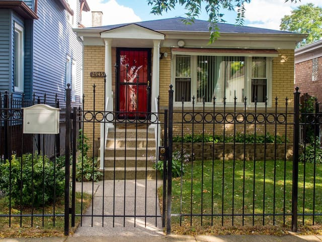 Art Filled Logan Square Apt w/ Outdoor Green Space